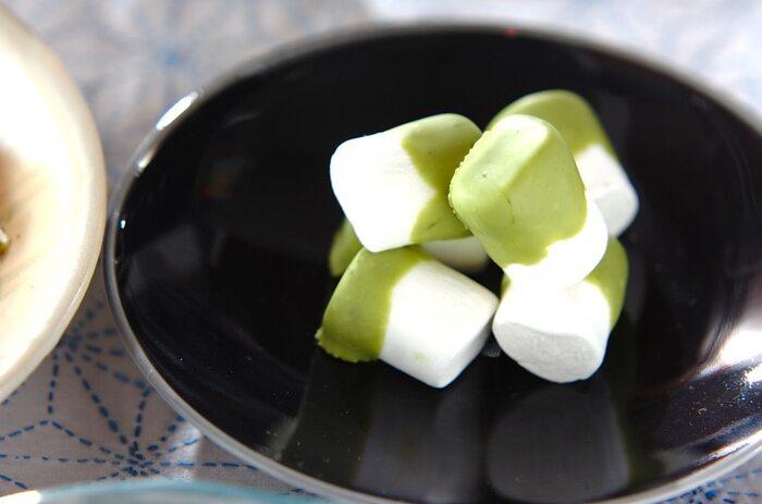 ホワイトチョコレートに抹茶を加えてグリーン色のソースを作り、マシュマロにコーティングするだけ!市販のお菓子にひと手間加えるだけで、ぐんと美味しくなります。