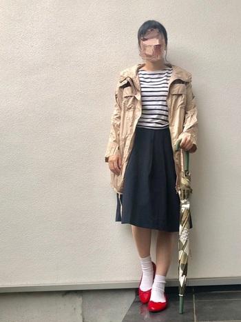フレアスカートにバレエシューズを合わせたキレイめコーデに、スポーティーなアウターを合わせた雨の日コーデ。アウターが定番コーデをいつもと違う表情にしています。