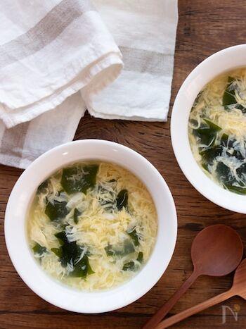 包丁、まな板も不要!およそ5分で完成の卵とわかめのふわとろスープです。ちょっと小腹が空いたときにぴったり。カラダも心もほっと温まる、優しいお味です。