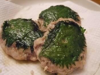 魚をたたいて味噌と生姜を混ぜて作るなめろう。その、なめろうを大葉で挟んで焼いた料理がサンガ焼きです。味噌が入っていて焦げやすいので火加減は注意して。アジのなめろうが余ったら作ってみたいですね。