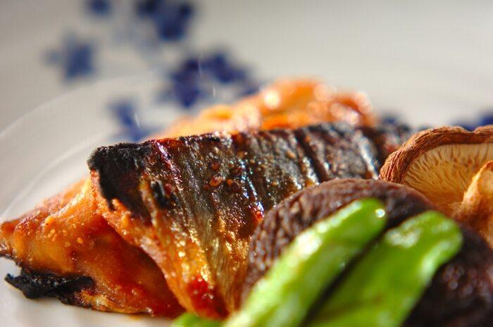 味噌ダレにアジを漬け込み、野菜と一緒にグリルで焼くだけの簡単レシピ。時間がない時もこれさえあれば栄養バランスが取れた食事になります。お魚料理のレパートリーが少ない人は献立に加えましょう。
