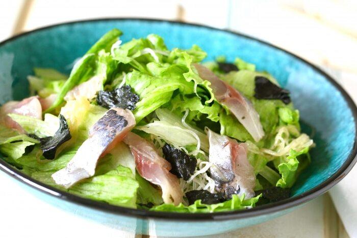 ごま油と海苔の風味が食欲そそるチョレギサラダはいかが? 刺身が入ったボリュームたっぷりのサラダはご飯のおかずとしても十分。ダイエット中も大満足できそう。