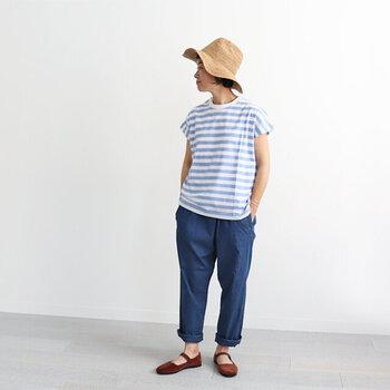 水色の縞模様Tシャツに、ブルーのパンツを合わせて、カラーに統一感を持たせます。ストラップの付いたフラットシューズとハットで、ひとさじの女性らしさをミックスすると、メンズライク過ぎないコーデに仕上がります。