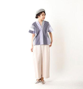 個性的な切り替え生地&ミックス縞模様シャツは、リラックスした雰囲気のパンツと合わせて休日らしいコーデに。ベレー帽やシルバーのフラットシューズで遊びを加えましょう。