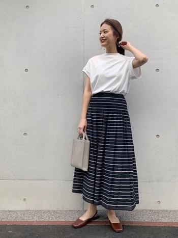 どこか少女らしさを感じる縞模様のスカートは、白Tと合わせて大人っぽくもフレッシュな装いに。大人っぽさを作る要は、バッグやシューズなどの小物たち。色味と質感にこだわるだけでコーデの雰囲気が変わります。