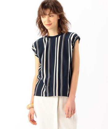 着やせ効果抜群の縦縞Tシャツ。ネイビーの引き締めカラーも相まって、よりすっきりして見えます。Tシャツを引き立たせるために、他はシンプルに。