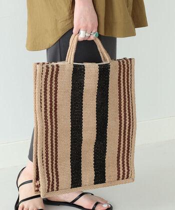 コーヒー袋を思い出させる、味わいあるナチュラルコーデに似合うバッグ。コーデが何か物足りないな、という時、シンプルすぎる時、一気にお洒落にしてくれるのがこのバッグです。
