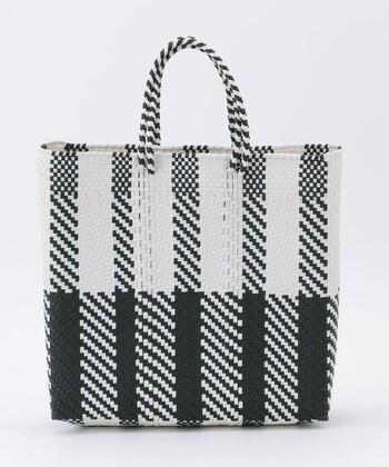 モノクロなのにどこか大人可愛い、人気のメルカドバッグ。似合わない色味はないと言ってもいいくらい、何色とも相性の良いアイテムです。