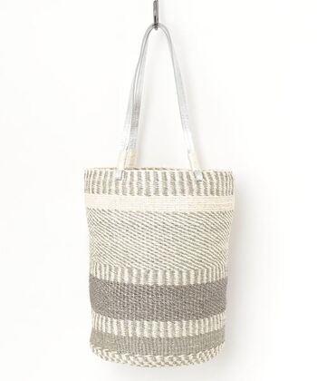 シルバーの持ち手とランダムな縞模様が印象的なバッグ。品のあるアイテムなので、あえてカジュアルなコーデに投入して綺麗さを加えてみるのもいいですね。