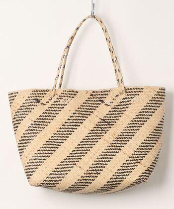 縞模様が入っていることで、シンプルな作りのバッグながらデザイン性がアップし、コーデをさりげなくお洒落に導いてくれる縁の下の力持ち的存在に。ぜひ夏小物の候補に入れてみてください。