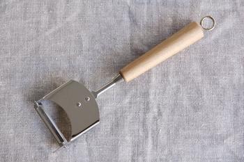 見た目がかわいらしく、あたたかみのあるピーラーをお探しの方に。手に馴染む木材の取手部分にはウレタン塗装が施されていてお手入れも簡単です。