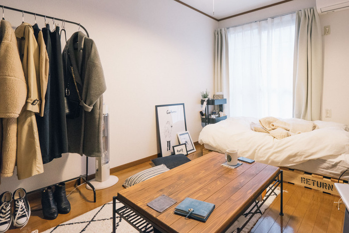 お部屋の広さが限られている一人暮らしでは、ソファは必ずしも必要ではありません。ソファのない生活には、「部屋を広く使える」、「掃除が楽」、「気軽に模様替えできる」、「引っ越し時の荷物が減る」などのメリットもあります。