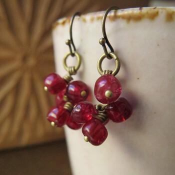 熟したりんごのように赤いシードビーズは1800年~1900年代初頭のヴェネツィアのもの。鈍いゴールドとの相性も抜群で、大人の耳元を愛らしく演出してくれます。艶やかなローズ系レッドで、顔周りをぱっと華やかに彩ります。