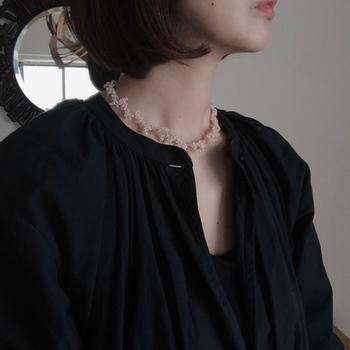 フランスのヴィンテージビーズをアイスグレーの糸でボリューム感のあるデザインに仕立てたネックレス。シックな装いの襟元を上品に格上げしてくれます。ベージュゴールドという肌馴染みのいい色味で、さりげないゴージャス感がありますね。