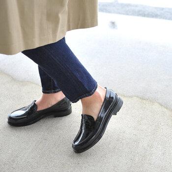 小雨だけど普段の靴では濡れてしまう…そんなときにおすすめなのが、雨靴に見えないレインシューズ。途中、雨が強くなっても安心です。こちらはローファータイプのレインシューズなので、脱ぎ履きもラクチン。オン・オフ問わず活躍してくれそうです。