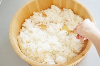 プロも実践している寿司酢の割合は、米1合に対して「酢20ml・砂糖大さじ1(9g)・塩小さじ1(5g)」というシンプルなもの。これならお米の量を増やす時にも分かりやすいですね。もちろん味の好みに合わせて微妙な調整もOKです。