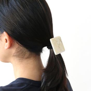 存在感のあるデザインのヘアゴムなら、使うだけで手軽に印象を変えられます。ささっと結ぶだけでお出かけヘアが完成するので、いくつでも持っていたいヘアアクセサリーです。