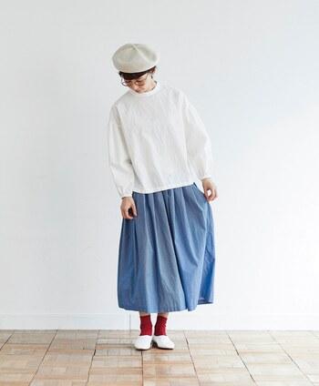 すっきり軽やかに揺れるサックスブルーのスカートで夏らしく早変わり!カラフルなソックスを合わせて大人キュートなコーディネートを楽しんでみて。