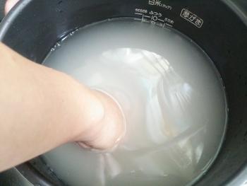 しっかりと浸水することで、おいしいご飯が炊けます。その理由は米粒に水分を行き渡らせることで炊き方にムラが出ず、芯も残らないためです。季節による違いはありますが、1時間程度の十分な浸水がよりふっくらと炊き上がります。