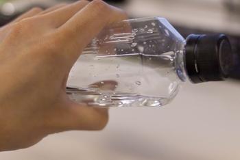 乾燥しているお米は、最初の水をよく吸収するため、炊き上がりの味に影響します。 そのためミネラルウォーターがおすすめです。 全てミネラルウォーターを使用するのは…というときは、最初の洗米にはミネラルウォーターを使用し、その後は水道水を使うのもひとつの方法です。  ミネラルウォーターを使用する場合には、カルシウムなどのミネラル分の少ない軟水がおすすめです。