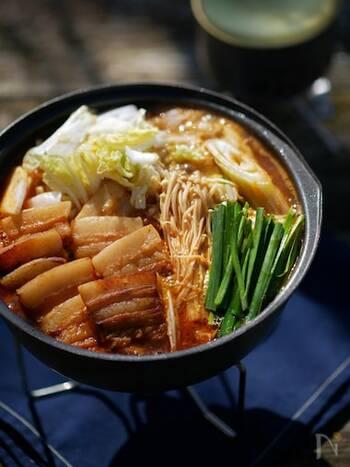 下味冷凍の豚肉を使えば、本格的なキムチ鍋がアウトドアでも手軽に楽しめるほど!  ニンニクやコチュジャンをたっぷり使って、豚バラ肉に下味をつけているので満足度の高いお鍋です。 たっぷりのキムチに、お好きな葉物野菜やキノコ、ネギを添えて熱々で召し上がれ。 締めはラーメンでも雑炊でも、お好みで。