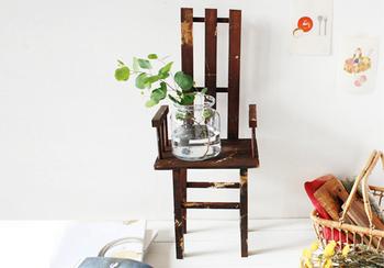 すのこ・まな板・ディッシュスタンドで作る椅子。全部100均のアイテムを使っているので、とってもリーズナブル!すのことまな板で座面や背もたれを作ったり、ディッシュスタンドで肘掛けを作れば、おしゃれな雑貨屋さんのディスプレイにありそうな椅子に。