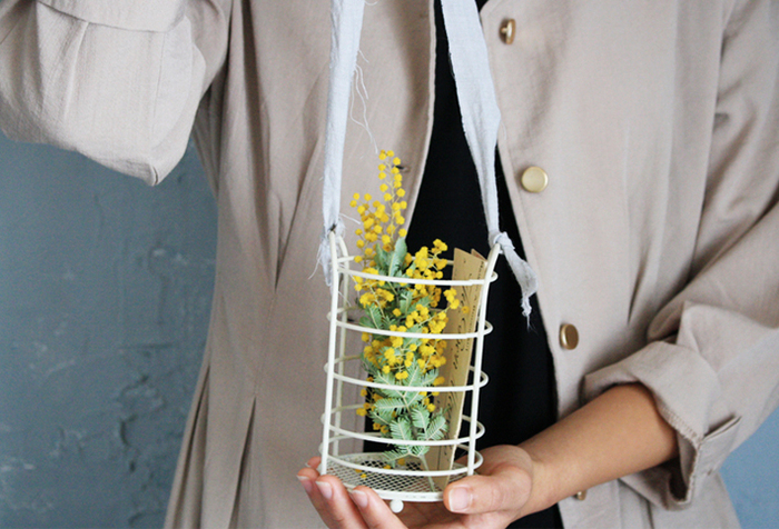 ダイソーのワイヤーカトラリースタンドをペイントし、同色のりぼんを結ぶだけでフラワーバスケットに。窓辺に吊るしたり、季節の草花やエアプランツを飾るのもおすすめです。
