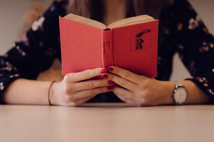 通勤中や家事の合間、待ち時間に読んでいて途中になっている本はありませんか?雨の降る日は心を落ち着かせて、じっくり読書をする絶好のチャンス。本のセレクトはもちろん自由ですが、心がモヤモヤしているときなどは、なんだか勇気がわいてくる、共感できる、心がふっと軽くなる、そんな本がおすすめです。