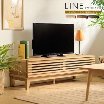 木のぬくもりが感じられる、やさしい色味が魅力のテレビ台です。天然木材のナチュラルなスタイルかと思いきや、格子がスタイリッシュな印象も与えてくれます。扉付きの収納があるので、すっきりと見えるのも魅力です。