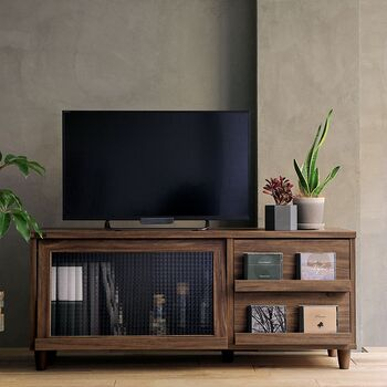 ディスプレイ収納ができる低めの高さのテレビ台です。 右側の引き出し前にはお気に入りの雑誌やCDなどを飾ってディスプレイラックとしても活用できます。左側の凹凸のあるクロスガラスは、中身をぼかして見えにくくする効果があるので生活感が感じられず収納にも困りません。  落ち着いた色味で、デザイン性の高いレトロな雰囲気も感じさせます。