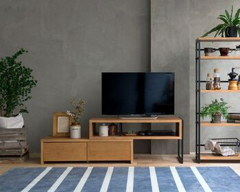 幅や角度を自由に変えることができる伸長式のテレビ台です。お部屋の間取りに合わせてワイドにもコーナー使いにも調整できるので、とても便利!いろいろなレイアウトが楽しめます。  2つの引き出しとオープンラックがあるので、収納もたっぷり◎あたたかみのある木目とスタイリッシュなアイアンが絶妙な組み合わせでおしゃれ♪