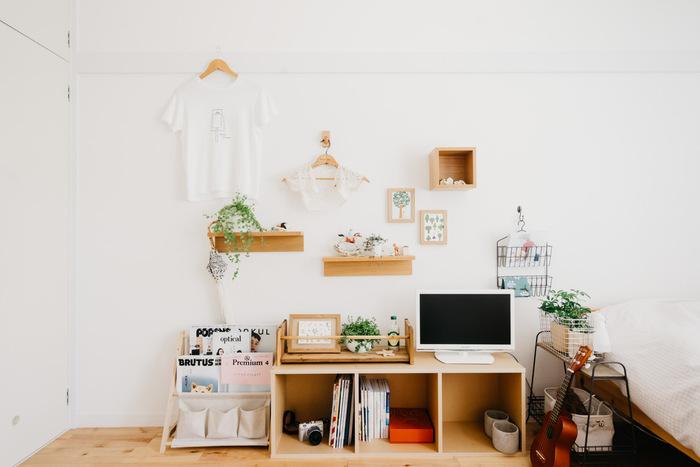 ひとり暮らしや狭い部屋におすすめ。無印のスタッキングシェルフを活用した収納も兼ねたテレビ台です。小さめのテレビを置くことで、空間を無駄なく利用できます。棚の中がごちゃつくのが気になる方は布で目隠ししても◎  ナチュラルな素材の色味なのでグリーンの植物を飾ると映えますよ♪