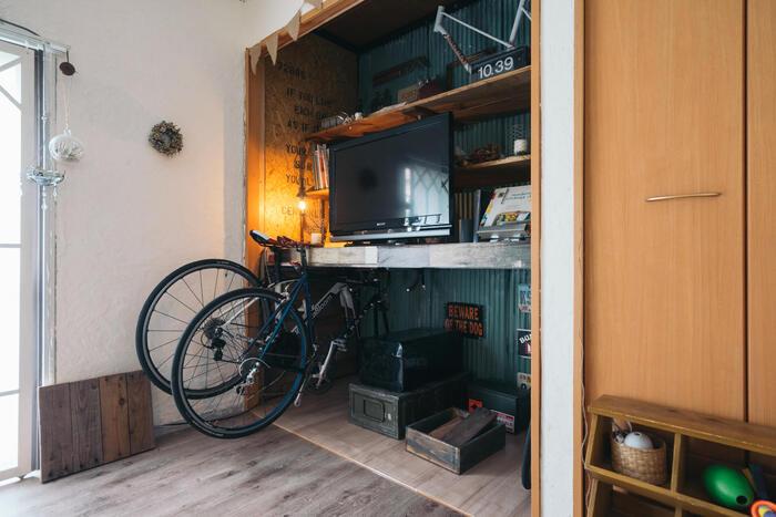こちらは押し入れの扉を外して活用したもの。テレビだけではなく、自転車や雑貨をバランスよく飾っておしゃれな空間を作り上げています。これぞセンスのあるレベルの高い押し入れを活用したアイデアですね。テレビ台周りのディスプレイもぜひ参考に。