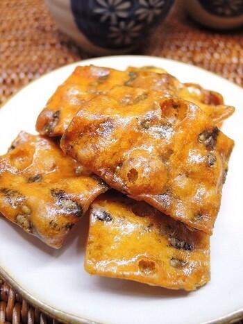 東北のかりんとうは、関東のぽってりとした円柱状、蜜や砂糖がたっぷりとかけられた柔らかな食感のものとは異なり、地域それぞれに形状も食味にも個性があります。  大まかに言えば、ぺらっ薄く、パリっと、サクッと軽快な食感。上掛けの蜜が、少ないか、全くないため、ガツンとした強い甘味はありません。  その分、生地自体に砂糖が練り込まれているので、噛み砕いていくにつれて、小麦の旨味や砂糖の甘味が口の中でじんわりと広がるという感じです。全体的に、素朴で、優しい味わいです。  【秋田空港の人気土産『あつみのかりん糖』】
