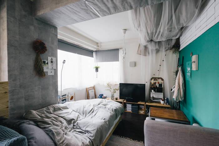 リンゴの木箱を活用したドレッサーも兼ねたテレビ台です。木箱の収納もたっぷり使えます。すぐに使うものはワンアクションで時短にもなり便利。ベッドやチェアーから見やすい位置にテレビを配置しているので、寝ころびながらテレビを見てゆっくりリラックスできそう。  コンパクトな部屋ながらもスッキリおしゃれに魅せています。ひとり暮らしにもおすすめ。