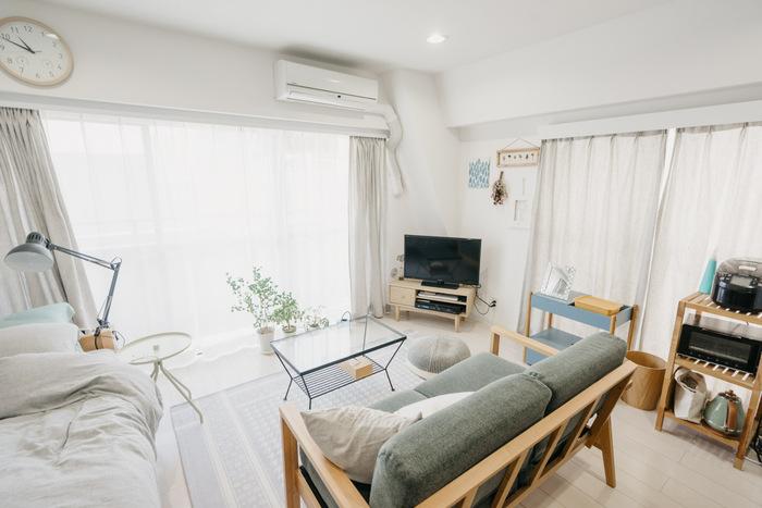 窓に対して横長のワンルームの一番奥のコーナーにテレビを置いたレイアウト。 テレビ台を斜めに置くことで狭いお部屋も広々とした印象になります。ソファーやベッドからなど、どの場所からでもテレビが見やすい配置ですね。木製の家具をそろえ、淡いブルーを取り入れたインテリアは温かみのある北欧風に。