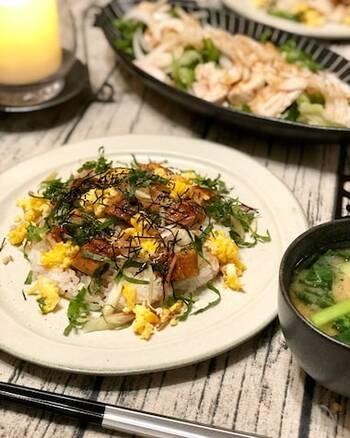 うなぎを乗せると豪華に見えますが、実は使うのは4人分のちらし寿司に対してかば焼き1尾だけ。家計にもうれしいお手軽レシピです。炒り卵や大葉が彩りを添えます。