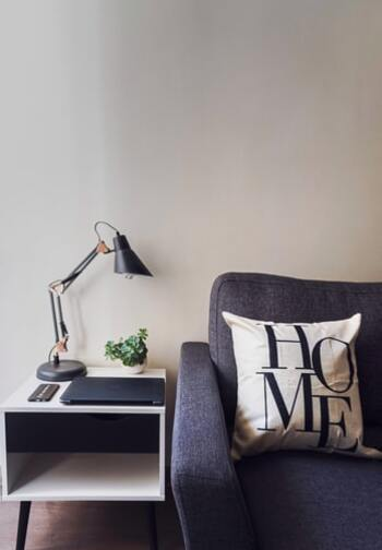 テーブルランプとは、デスクやベッドサイドに置ける小型の照明器具のこと。 読み書きするときなど、手元に明るさがほしいときにスポット的に使ったり、お部屋の雰囲気作りに間接照明として取り入れたりします。