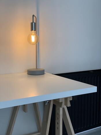また、気に入ったテーブルランプに調光調色機能がなくても、LEDやエジソン電球などを取替え、好みの色や明るさにすることができる場合もあります。  用途によって最適な光を選ぶことで、集中できたり、リラックスできたり、居心地のいい空間になります。