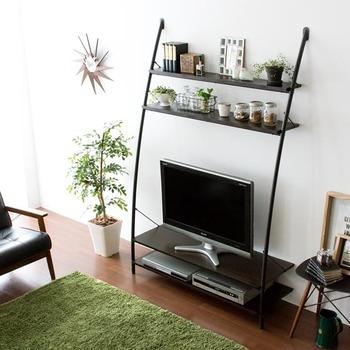 テレビを置いた上の空間を無駄なくディスプレイ棚として活用。棚にはお気に入りの雑貨や小物を飾ることができます。  側板と背板の無い、曲線を描いたフレームデザインが開放的で圧迫感を抑え、お部屋の空間を広く見せてくれます。収納力が高いので、スペースの少ないお部屋やひとり暮らしの人にもおすすめ。