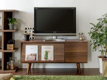 落ち着きのある木目模様のテレビ台は、お部屋にもなじみやすく、周りの家具ともコーディネートしやすくなっています。  前面のフラップ扉にはお気に入りの雑誌やCDなどを、テレビ台の上にはちょっとした小物を飾るとこなれた風におしゃれ♪フラップ扉を降ろすと、テレビ周りのゴチャゴチャしがちなゲーム機などの周辺機器を隠せるので◎