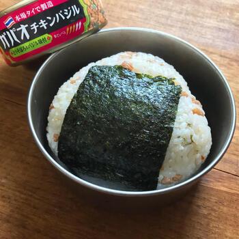 昔話に出てくるようなころんとした酢飯おにぎりに混ぜてあるのは、【いなば】の「ガパオチキンバジル」の缶詰です。和のごはんとアジアンなおかずが意外にマッチ♪冷やして食べるとさらに美味しいそうですよ。