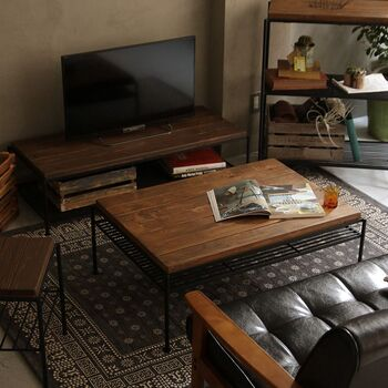 ヴィンテージ感あふれるカッコいいお部屋が好きな方におすすめ!テレビ台と同じ古い素材感でそろえた家具は、グレーの少しくすんだ壁の色とも相性バッチリ◎ 床に敷いたマットとレザーのソファの黒色がお部屋全体を引き締めます。男性のインテリアの参考にも◎