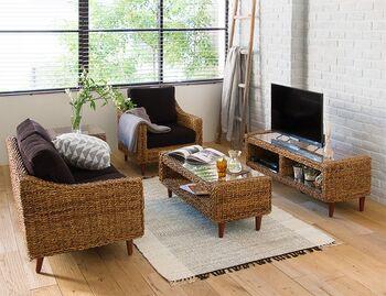 安らぎのあるリゾート感ただようリビングルームです。 こちらは窓に対して直角にテレビを置いたレイアウト。テレビ台とソファーとテーブルを同じ素材のモノにそろえることで、簡単におしゃれな空間を作ることができます。アバカ素材のナチュラルなカラーはお部屋になじみやすく、温もりある印象を与えます。テレビ台の上にはディフューザーを置いて、お気に入りの香りでリラックス。