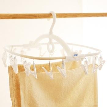 立体的な縫製の布マスクも多いですよね。干すときは形を整えて干しましょう。ゴムが伸びないように、注意して干してくださいね。
