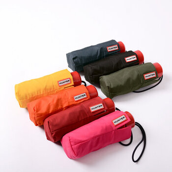 小物はシンプル派という方は、柄物よりもカラーバリエーションが豊富な折り畳み傘がおすすめです。シンプルなデザインなので、服装を選ばずに持ち歩くことができますよ。