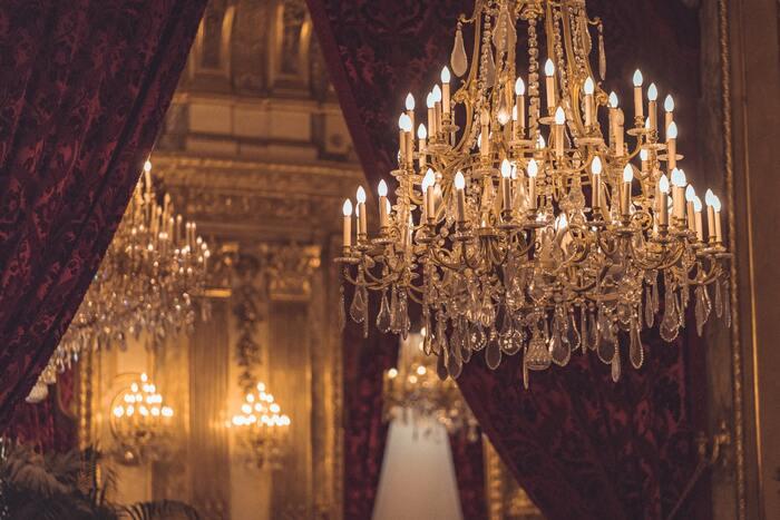 フランス大統領官邸史上初となる女性料理人として、1980年代に2年間に渡りフランソワ・ミッテラン大統領に仕えた「ダニエル・デルプシュ」をモデルにした映画です。主演を演じるカトリーヌ・フロは、この映画でセザール賞の主演女優賞にノミネートされました。