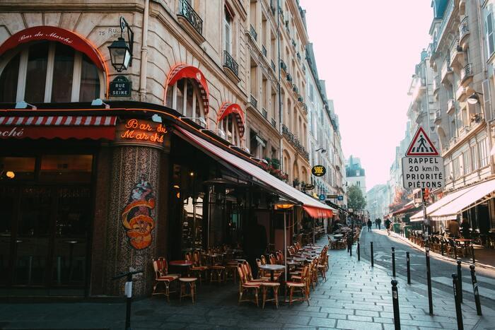 独学で映像制作を学び、フランスの代表的な監督となったジャン=ピエール・ジュネ監督の代表作「アメリ」は、パリ・モンマルトルを舞台にパリジャンの日常を描き、2001年に公開されるとフランスはもちろん、日本においても大人気となり、現在もファンが多い作品です。