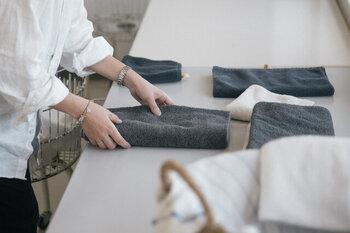 脱水は清潔なタオルに挟んで行いましょう。強くねじったりせずに、押して水分をタオルに吸わせるイメージで。