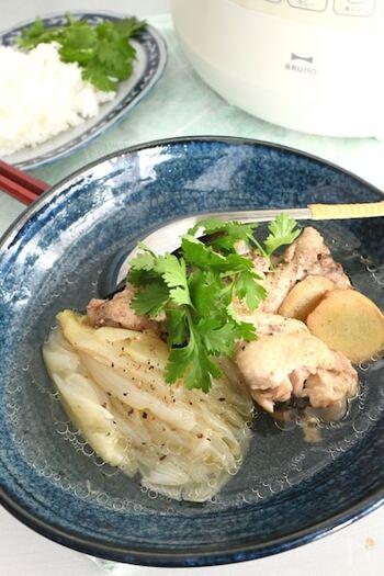 シンガポール・マレーシア名物のスープ料理、肉骨茶(バクテー)。本来は、豚スペアリブで作りますが、ここでは手軽な鶏手羽元で。圧力鍋でほろほろ柔らか、スパイスのきいた本格派のできあがりです。